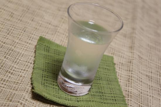 『雪洞貯蔵酒 緑』を盃に注いた写真