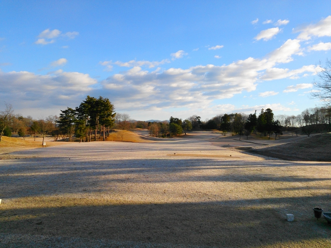 冬ゴルフの朝一のティーグラウンド