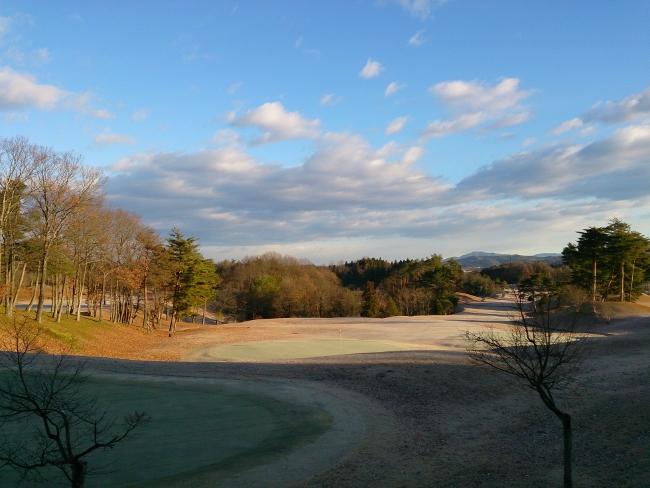 冬のゴルフ場の日陰は凍っています
