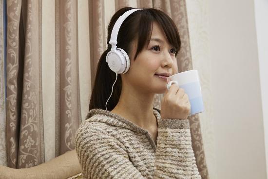 音楽プレイヤーでスピードラーニングを聴く女性