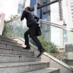 階段の上り下りが辛いときはグルコサミンが必要かも?